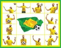 Brasilianischer Fan, der auf weißem Hintergrund feiert Der junge Mann in der Fußballfußballuniform mit dem Ball, der am Weiß steh Stockbild