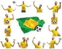 Brasilianischer Fan, der auf weißem Hintergrund feiert Der junge Mann in der Fußballfußballuniform mit dem Ball, der am Weiß steh Lizenzfreie Stockfotografie