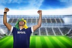 Brasilianischer Fan, der am Stadion schreit Stockfotos