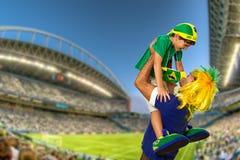 Brasilianischer Fan, der am Stadion schreit lizenzfreie stockfotos