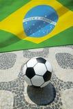 Brasilianischer Fußball-Fußball mit Flagge Ipanema Rio Stockfotografie
