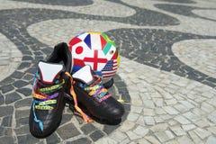 Brasilianischer Fußball lädt internationalen Fußball auf Stockfoto