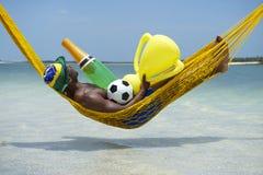 Brasilianischer Fußball-Spieler feiert mit Champagne und Trophäe Stockbild