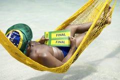 Brasilianischer Fußballfan, der mit Karten zum Schluss sich entspannt Stockfotografie
