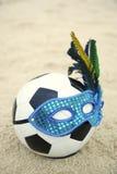Brasilianischer Kultur-Fußball-Fußball trägt Karnevals-Masken-Strand Stockbild