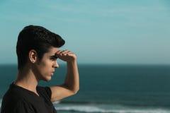 Brasilianischer Mann, der nach vorn schaut Stockfoto