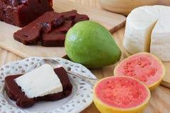 Brasilianischer Nachtisch Romeo und Juliet, goiabada, Minas-Käse Stockfotos