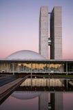 Brasilianischer Nationalkongress bei Einbruch der Dunkelheit mit Reflexionen auf LAK stockbild