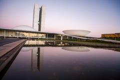 Brasilianischer Nationalkongress bei Einbruch der Dunkelheit mit Reflexionen auf LAK lizenzfreie stockbilder