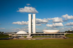 Brasilianischer Nationalkongress mit blauem Himmel und Wolken stockbild