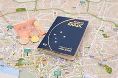 Brasilianischer Pass, Euros und Karte für Auslandsreise stockbild