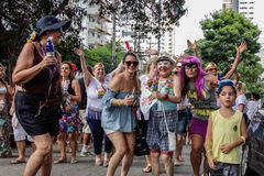 Brasilianischer populärer Straßenkarneval mit Sambamusik Stockbild