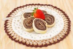 Brasilianischer Schokoladennachtisch Bolode Rolo (Schweizer Rolle, Rollenkuchen) Stockfotos