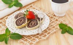 Brasilianischer Schokoladennachtisch Bolode Rolo (Schweizer Rolle, Rollenkuchen) Lizenzfreies Stockbild