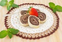 Brasilianischer Schokoladennachtisch Bolode Rolo (Schweizer Rolle, Rollenkuchen) Lizenzfreie Stockbilder