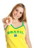 Brasilianischer Sportfan, der auf Kamera zeigt Stockfotografie