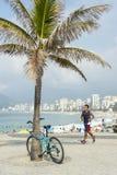 Brasilianisches Fahrrad Rider Ipanema Beach Rio de Janeiro lizenzfreies stockfoto
