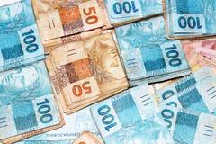 Brasilianisches Geld in den Paketen Lizenzfreie Stockfotos