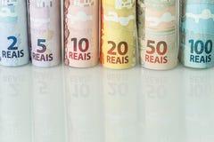 Brasilianisches Geld/Reais, verschiedene Bezeichnung auf dem weißen Glas lizenzfreie stockfotografie