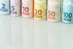 Brasilianisches Geld/Reais, verschiedene Bezeichnung auf dem weißen Glas stockfoto
