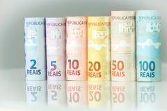 Brasilianisches Geld/Reais, verschiedene Bezeichnung auf dem weißen Glas lizenzfreies stockfoto