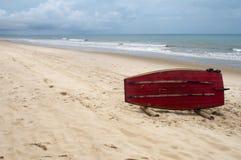 Brasilianisches Jangada auf Strand von Morro Branco Stockbild