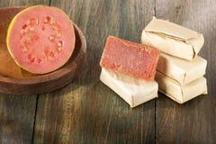 Brasilianisches Nachtisch goiabada mit frischem goiaba auf Holztisch - Psidium guayava stockfotos