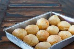 Brasilianisches Snackkäsebrot (Pao de Queijo) auf Ofenbehälter Lizenzfreie Stockfotografie