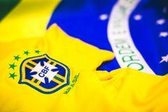 Brasilianisches Trikot und Flagge vor Ansicht stockfotos