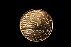 Brasiliano una moneta da 25 centavi isolata su un fondo nero Fotografia Stock