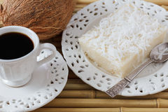 Brasiliansk efterrätt: söt kokosnöt för couscouspudding (cuscuzdoce) Arkivbilder