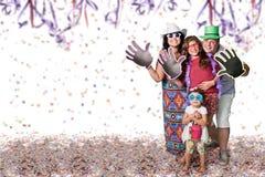 Brasiliansk familj på karnevalpartiet arkivbild