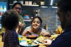 Brasiliansk familj som tillsammans äter matställen royaltyfri fotografi