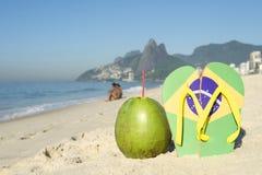 Brasiliansk flagga Flip Flops och kokosnötIpanema strand Rio Brazil Arkivbilder