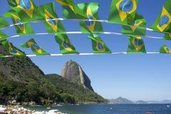 Brasiliansk flagga som Bunting den röda stranden Sugarloaf Rio Brazil Fotografering för Bildbyråer