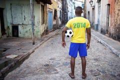 Brasiliansk fotbollsspelare i den skjortaFavela gatan 2014 Brasilien Royaltyfria Foton