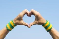 Brasiliansk idrottsman nen Making Hand Heart royaltyfri foto