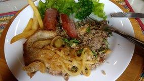 Brasiliansk kulinarisk lunch med kött och sallad arkivfoton