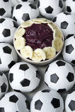 Brasiliansk kultur Acai och fotbollfotbollbollar Arkivfoto