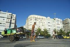 Brasiliansk man som drar vagnen av utrustning Copacabana Rio Brazil royaltyfri foto