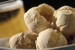 Brasiliansk mat: pão de queijo Arkivfoto