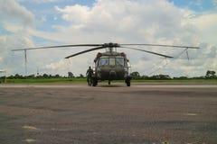 Brasiliansk militar helikopter som parkeras i flygplats Royaltyfri Bild