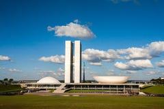 Brasiliansk rådsmöte med blå himmel och moln arkivbild