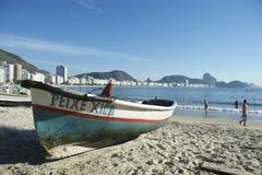 Brasiliansk Rio de Janeiro för fiskebåtCopacabana strand Arkivbilder
