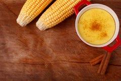 Brasiliansk sötsak vaniljsås-som efterrätt curau de milho mousse av Co Fotografering för Bildbyråer