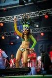 Brasiliansk sambadansare på en etapp som flyttar sig sensually Arkivbilder
