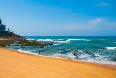 Brasiliansk strand med gul sand och blått hav i soligt väder _ Salvador h?rligt dimensionellt diagram illustration s?dra tre f?r  royaltyfri fotografi