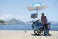 Brasiliansk strandförsäljare som säljer den glassIpanema Rio de Janeiro royaltyfri bild