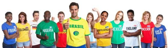 Brasiliansk tumme för visning för sportfan med 11 internationella fans Arkivfoto