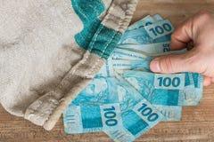 Brasilianska pengar/reais i påsen Royaltyfri Fotografi